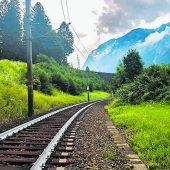 Züge fahren auf coole Schienen ab