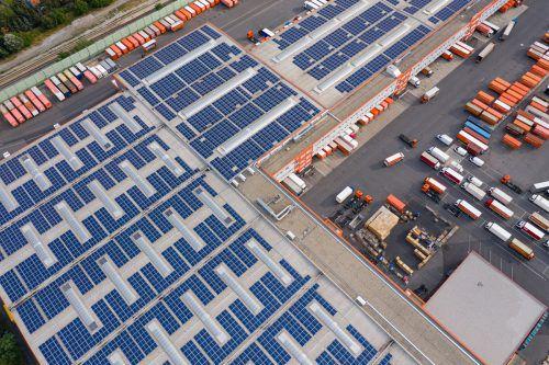 Große PV-Anlagen auf Industriedächern werden erleichtert.