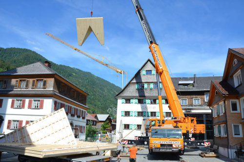 Für die umfangreichen Bauarbeiten am Kuschelhotel Gams in Bezau wurden riesige Holzteile angeliefert.