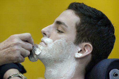 Für viele Vorarlberger Friseure ist der Bart ab. Statt modischer Bartfrisuren fordern sie ordentliche Geschäftsgebarung in den Barbershops.APA