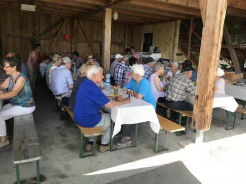 Gemütliches Grillfest der Schwarzacher Senioren beim Luishof. sb schwarzach
