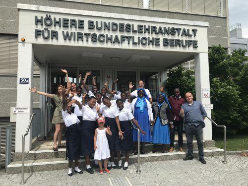Große Freude bei den Mädchen aus Malawi mit ihrem Anhang und ihren Vorarlberger Betreuerinnen und Betreuern. V N/Hämmerle