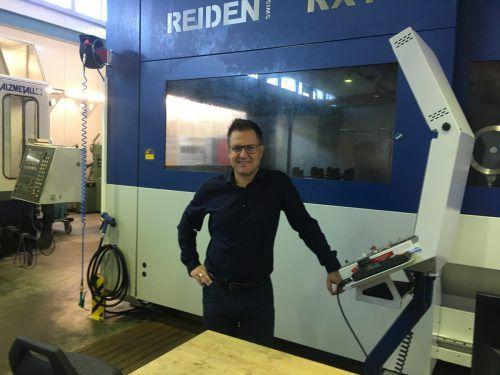Harald Jussel mit seiner Fräsmaschine, mit der sein Unternehmen auch besonders große und komplizierte Werkstücke bearbeiten kann.VN/Sca