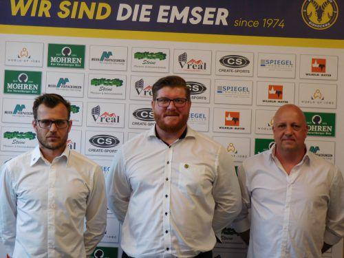 Heimo Lindner (M.) bleibt Coach beim SC Hohenems, unterstützt wird er auf der Trainerbank von Martin Mallinger (l.) und Martin Vidmar.hsc