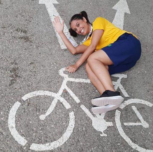 """""""Heute fahre ich Fahrrad!"""", schreibt Renata, brasilianisches Teammitglied, unter ihren Fotobeitrag und offenbart damit Humor."""