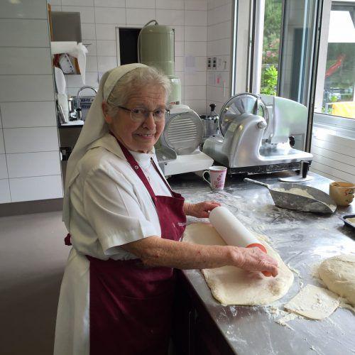 Heute gibt es Pizza. Hildegard Falkner rollt den selbstgemachten Pizzateig aus. kum