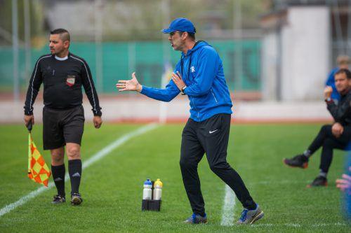 Hohenems-Trainer Peter Jakubec zeigt, wie man Wels besiegen soll.Vn