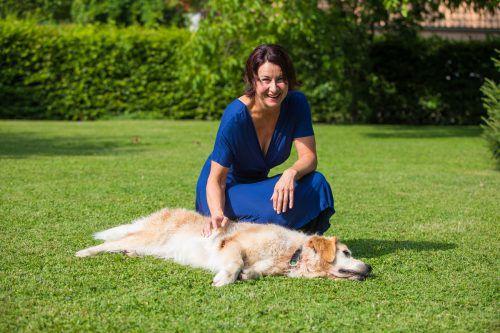 """Im großen Garten ihres Hauses in Hard fühlt sich nicht nur """"Happy"""" pudelwohl. Hier tankt auch Susanne Marosch gerne Kraft für die bereichernde, zuweilen aber auch belastende Arbeit. VN/steurer, archiv"""
