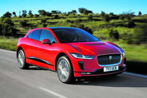Im Jaguar i-Pace liefern zwei Elektromotoren eine Systemleistung von 400 PS. Laut WLTP-Prüfzyklus beträgt die Reichweite 480 Kilometer.