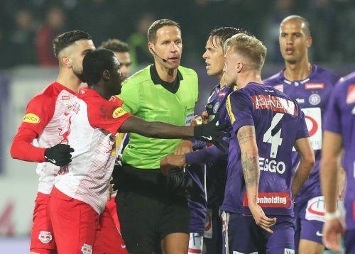 In der Vergangenheit mussten sich Schiedsrichter wie der Vorarlberger Robert Schörgenhofer oft vor den Spielern bezüglich ihrer Entscheidungen rechtfertigen. Neue Regeländerungen der FIFA sollen den Referees nun helfen.gepa