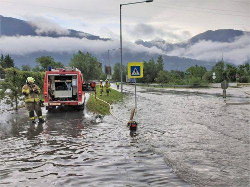 In Nenzing und Bludesch wurden Straßenabschnitte überschwemmt.