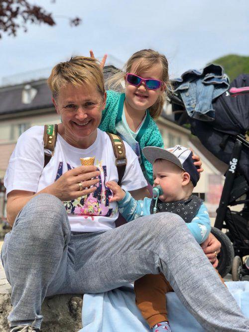 Jasmine Breitenberger mit ihren Enkeln Malea und Luan.