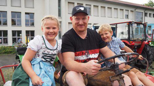 Johanna, Andreas und Florian machten eine Ausfahrt auf dem Traktor. CEG