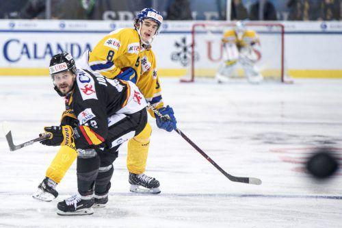 Julian Payr (hinten) wechselt nach fünf Jahren beim HC Davos zum Ligakonkurrenten HC Ambri-Piotta und erhält einen Vertrag bis 2021.AP