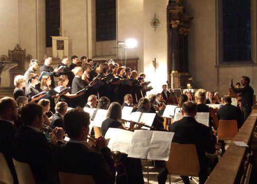 Kammerorchester Arpeggione unterGianluca Capuano mit dem Chor der Schola San Rocco aus Vicenza. JU