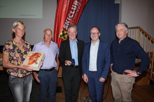 Karin Lang, Hubert Berchtold, erster Wälder Weltcupsieger, Alt-Landesrat Erich Schwärzler mit goldenem Ehrenzeichen, Präsident Josef Erath und Hanspeter Türtscher.