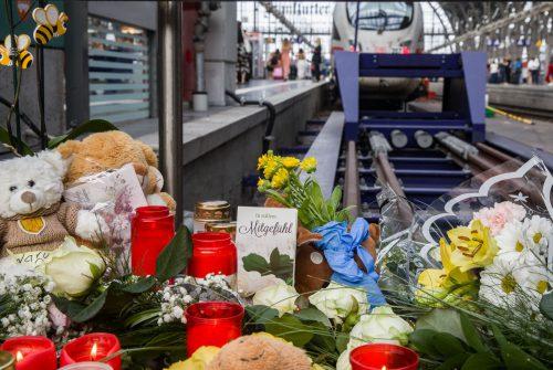 Karten, Kerzen, Plüschtiere und Blumen am Bahnsteig 7 in Frankfurt. APA