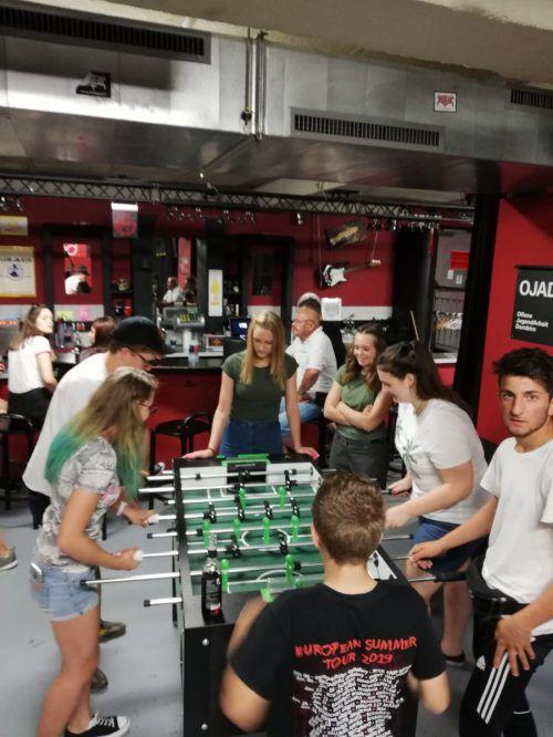 Kicker spielen im Jugendzentrum in Dornbirn.