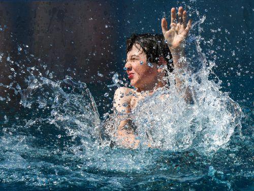 Kinder sind besonders gerne und daher oft lange im Wasser. Ein Schutz für die Ohren kann da nie schaden.vn/lerch