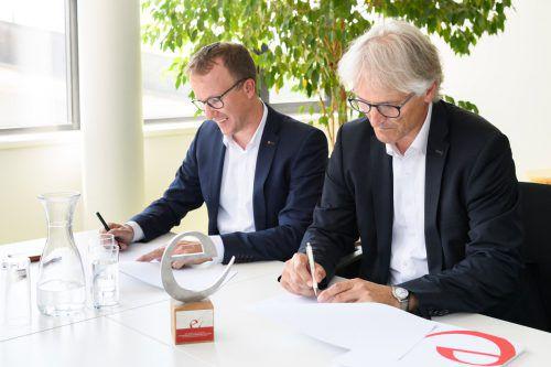 Landesrat Christian Gantner und Bürgermeister Paul Sutterlüty unterzeichnen die Beitrittserklärung Eggs zum e5-Programm. Matthias Rhomberg.