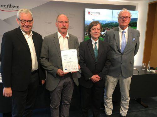 Landesstatthalter Karlheinz Rüdisser (l.) sowie Bürgermeister Anton Mähr, Jurymitglied Luis Braganca und CESBA-Obmann Willy Küchler. VLK