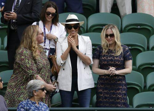 Leger in Jeans, weißem Blazer und Strohhut: Herzogin Meghan mit ihren Freundinnen beim Tennisturnier in Wimbledon. AP