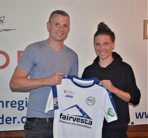 Lena Rädler wird von Tobias Thies, Sportchef des FFC, willkommen geheißen. Verein