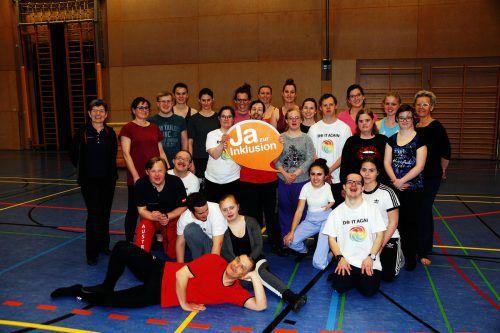 Liba Selner (l.) ist stolz auf die Leistungen der Tänzerinnen und Tänzer aus dem Tanzhaus und freut sich mit ihnen auf die Gymnaestrada.lebenshilfe