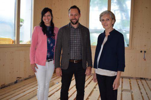 Lokalaugenschein: Obfrau Doris Kranzelbinder, Bürgermeister Ulrich Schmelzenbach und Leiterin Martina Mätzler.