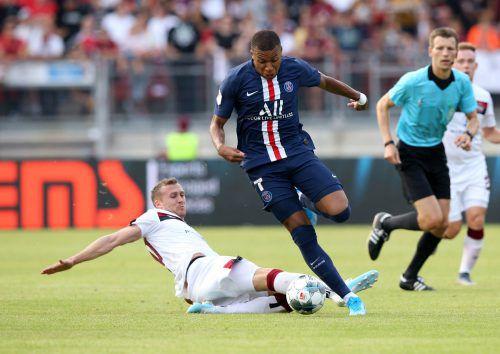 Lukas Jäger, hier im Duell mit Weltstar Killian Mbappe von Paris Saint-Germain, hat beim 1. FC Nürnberg unter Neo-Trainer Damir Canadi gute Chancen auf einen Stammplatz.Zink