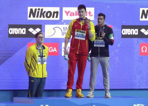 Mack Horton steht abseits, als Sun Yang seine Goldmedaille über 400 m Kraul bekommt. Für Gabriele Detti (r.) gab es Bronze.ap