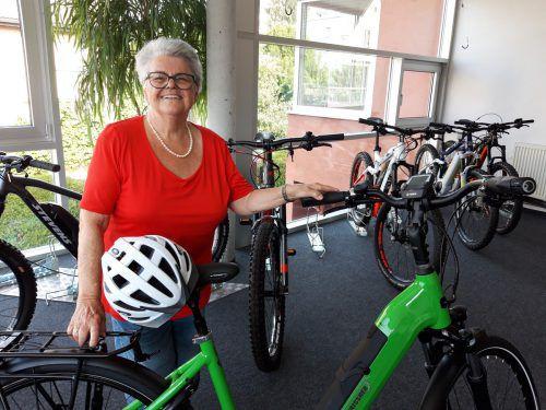 Marga Drissner geht mit gutem Beispiel voran und fährt auf ihrem Elektrobike nur mit Helm. kl