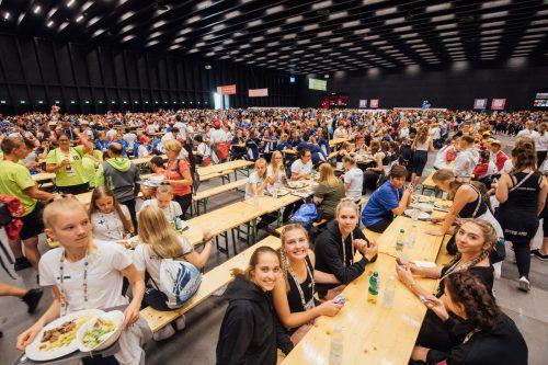 Massenspeisung in der Messehalle 11. Für das Team um Caterer Ernst Seidl ist das während der Gymnaestrada eine tägliche Herausforderung. VN/Sams