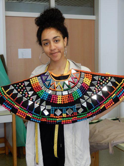 Melanies Afrika-Modelle mit aufwendig gearbeitetem Perlenkragen.