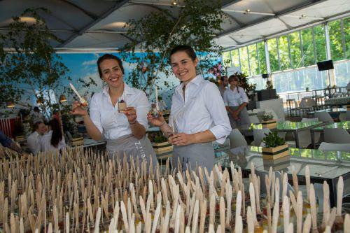Melissa Krimmer und Anna Rosa Vogl bringen die 6000 Gläschen für den Volksempfang in Position.