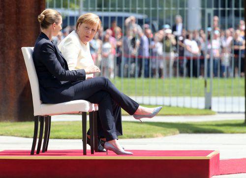 Merkel undFrederiksen absolvierten das Zeremoniell teils im Sitzen. APA