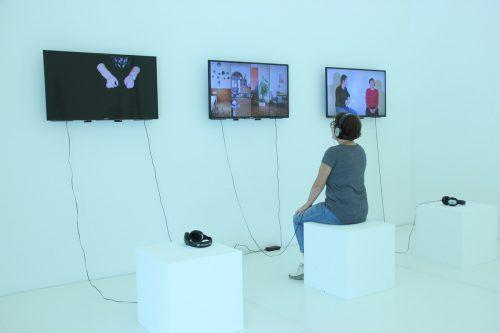 """Miriam Bajtala mit der Kuratorin Andre Fink: In den insgesamt vier """"Versammlungen"""" in Bludenz vermengen sich die verschiedenen Medien, zwischen denen die Künstlerin leichthändig switcht. AG"""