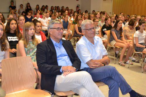 Mit einem bunten Rahmenprogramm wurde Karl-Heinz Rigger (im Bild mit Bürgermeister Wolfgang Matt) verabschiedet. NMS Institut St. Josef