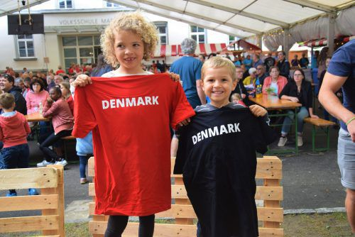 Mone (6) und Max (4) freuten sich über ein Gymnaestrada-T-Shirt. Die dänischen Teilnehmer verteilten diese an die Götzner Kinder.Hotz