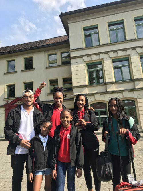 Müde, aber glücklich zeigten sich die ersten internationalen Gymnaestrada-Teilnehmer aus Trinidad/Tobago bei ihrer Ankunft in Dornbirn.VN/Hämmerle
