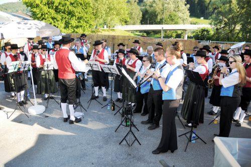 Musikvereine aus Gaißau und Rheineck spielten beim Bruggafäscht gemeinsam auf. AJK