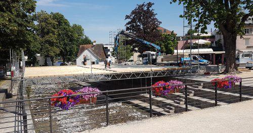 Originelle Idee: Die Bühne der Turnerschaft Hohenems überspannt den Emsbach. Stadt