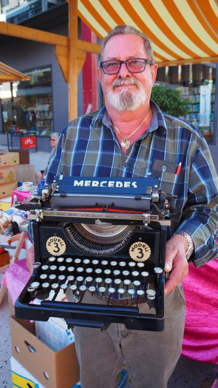 Patrick Maier bot beim Nachtflohmarkt verschiedenste Waren an. egle