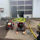 Flammen in der Bootswerkstatt