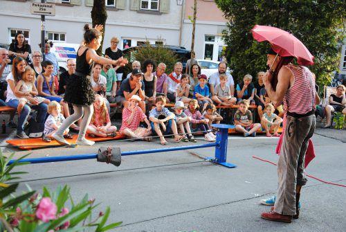 Polo Noyalet mit seiner Tochter Polin waren das zweite wunderbare Clownpaar. Ulk und Akrobatik kamen beim Publikum an. Hofer