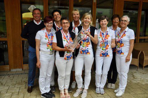 Präsident Helmut Steurer gratuliert den Damen des GC Braz-Bludenz zum Titel bei der Senioren-Mannschaftsmeisterschaft.vgv