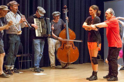 """Probe des Tanzhauses Hohenems mit der Band """"Die Schurken"""". 36 Tänzerinnen und Tänzer mit und ohne Behinderungen sind mit dabei."""