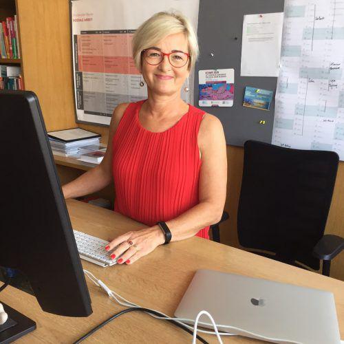 Prof. Johanna Hefel an ihrem Arbeitsplatz an der FH Dornbirn. kum