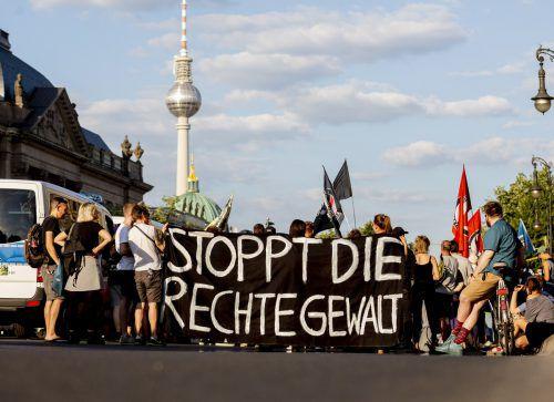Proteste in Berlin nach Drohungen von Rechtsextremisten gegen Politiker. ap