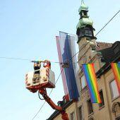 Regenbogenfahnen wehen in Bregenz